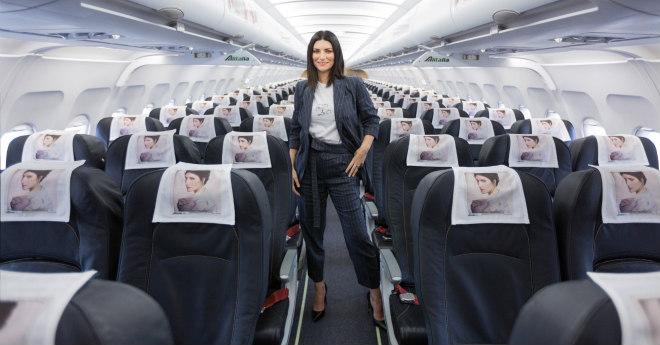 """""""Fatti sentire"""" , il nuovo album di Laura Pausini, lo presenta alla stampa su un volo Alitalia Milano-Roma"""
